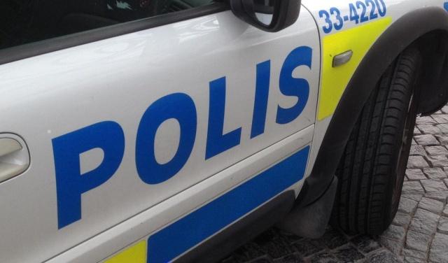 Sabah saatlerinde Göteborg'da bir benzin istasyonunda bir adam bıçaklandı.  İhbar üzerine olay yerine polis ve sağlık ekipleri hareket etti. Sabah saat 08.30 sıralarında yaşanan bıçaklı saldırıyla ilgili çalışma başlatıldı.  Bıçaklanan kişi, karnında yaralanmış halde bulundu. Kısa süre sonra ambulansla hastaneye kaldırıldı.  Olay yeri teknik inceleme için kordon altına alındı. Ayrıntılar ve ipuçları yakındaki bir daireyi işaret etti. Cinayete teşebbüs şüphesiyle iki kişi gözaltına alındı.