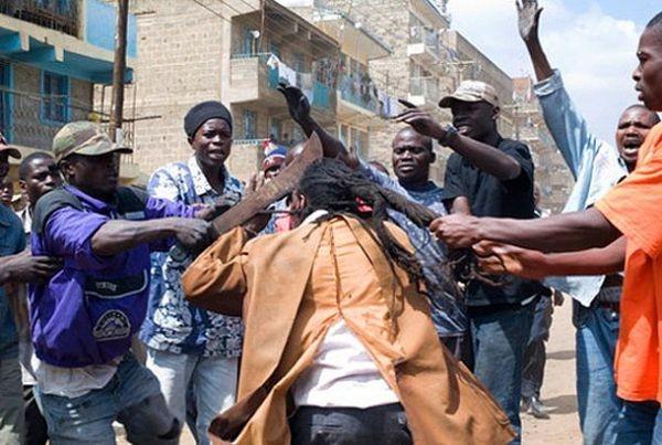 The Mungiki  Nairobi'nin gecekondu mahallelerinde yaptığı şiddetli eylemlerle tanınan bu suç örgütünün 100.000 üyesi vardır. Eskiden çete üyelerinin tanınmak için saçlarını rasta yaptığı ve kanla banyo yaptığı bilinmektedir. Son zamanlarda yapılan eylemlerde ise kafa kesme ve kadın sünnetleri yapıp aynı zamanda bu eylemlerin politikliğini savundular.