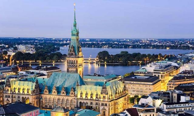 """Dünyanın en yaşanabilir şehirleri listesinde birinciliğe Avusturya'nın başkenti Viyana yükseldi.  İngiliz The Economist dergisi grubu bünyesindeki araştırma kurumu olan Economist Intelligence Unit (EIU) adlı kuruluşun """"Dünyanın En Yaşanabilir Kentleri"""" listesinde bu sene en üst sıraya Viyana yerleşti. Yaklaşık 2 milyon nüfusa sahip olan şehir böylelikle 7 sene üst üste birinci seçilen Melbourne'u tahtından etti."""