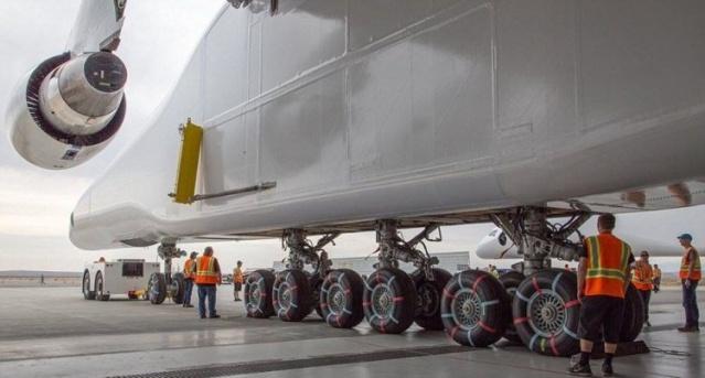 Dünyanın en büyük uçağı Stratolaunch için sevindirici bir haber geldi. Kanat açıklığı bir futbol sahasından daha geniş olan dev uçağın ilk uçuşu yapacağı tarih açıklandı.