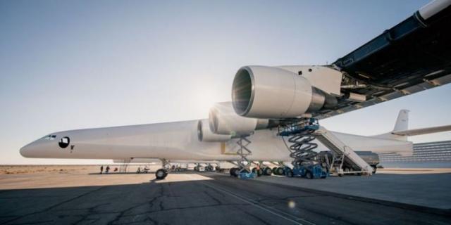 Kanat açıklığı bir futbol sahasından daha geniş olan dünyanın en büyük uçağı Stratolaunch için beklenen açıklama sonunda geldi.