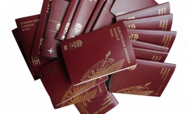 """Uzun yıllar dünyanın en değerli pasaportu ünvanını koruyan İsveç, 6. sıraya geriledi. İsveç pasaportu ile 158 ülkeye vizesiz giriş yapılabiliniyor.  Uluslararası danışmanlık şirketi Henley & Partners'ın, farklı kriterleri değerlendirerek dünyanın en değerli pasaportlarını belirlediği araştırmanın sonuçları açıkladı. TürkRus'ta yer alan habere göre, listede Rusya 62'inci, Türkiye 76'ncı sırada yer aldı. Türkiye, 2017 listesinde 82. sırada kendine yer bulmuştu.  Henley & Partners şirketi, ülkelerdeki ekonomik güç, beşeri gelişmeler, barış, istikrar, vizesiz seyahat ve yurt dışında çalışma olanakları dahil farklı kriterleri baz alarak """"en değerli vatandaşlıkları"""" sıralıyor.  Buna göre Fransa, Almanya ve Hollanda pasaportları, 2018'de dünyanın en güçlü pasaportları olarak öne çıkıyor. 160 ülkenin yer aldığı listenin son sıralarında Afganistan ve Somali gibi ülkeler bulunuyor.  Listenin ilk 10 sırasında yer alan ülkeler şöyle:"""