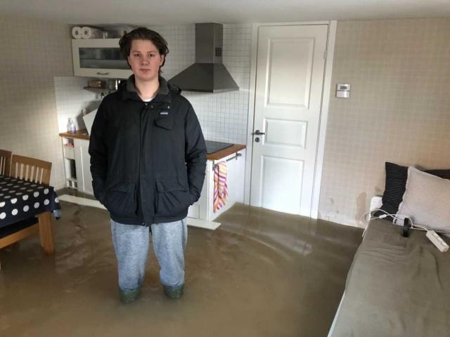 İsveç'in başkenti Stockholm'ün Bromma bölgesinde yaşayan 18 yaşındaki Viggo Granzelius evde yalnızdı ve sabah uyandığında evi basan su karşısında büyük şok yaşadı.