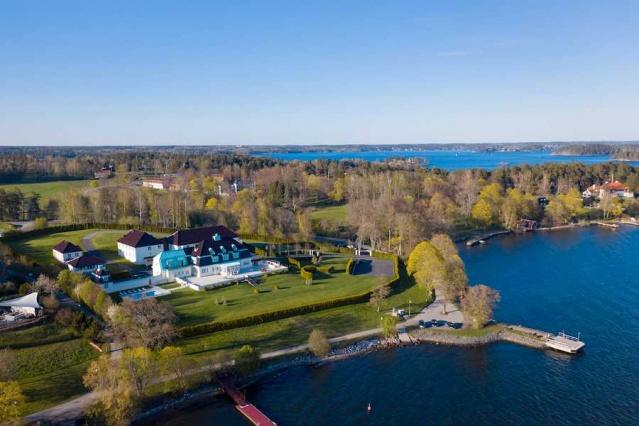 İsveç'in en geniş ve değerli evinin piyasa satış fiyatı 350 milyon kron olarak belirlendi.  Lidingö'deki Villa Söderås, İsveç'te açık artırmada satılan en pahalı ev.
