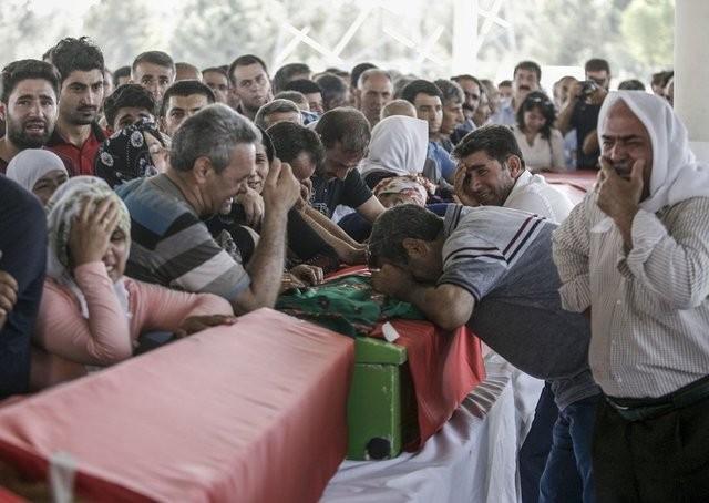 Şanlıurfa'nın Suruç ilçesinde meydana gelen terör saldırısında hayatını kaybedenlerin defin hazırlıkları başladı.