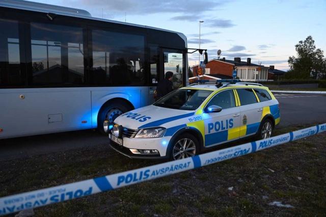 İsveç'in Norrbotten bölgesindeki Kiruna'da otobüste bir kişi bıçaklanarak öldürüldü.  Sebebi henüz bilinmeyen bir nedenden dolayı bir kovalamaca sırasında öldürülen kişinin kendini kurtarmak için otobüse girdiği ve kovalayan kişilerin şahsı yakalayarak bıçakladığı söylendi. Bıçaklı saldırı sonucunda şahıs hayatını kaybetti.  Saldırıyı gerçekleştiren biri baba ikisi 18 yaşından küçük çocukları olduğu belirlendi. Polis üç saldırganı da gözaltına alırken, savcılık tarafından 45 yaşındaki baba ve 18 yaşın altındaki iki çocuğu hakkında tutuklama kararı verdi.