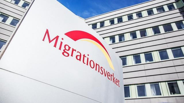 Ombudsman, JO, İsveç Göçmenlik Kurulu'na başvruları yavaş değerlendirme ve iş yapmama konusunda sert bir şekilde eleştirdi.   İltica ve ilgili konular ile vatandaşlık başvurularında Göç İdaresi'nin çok yavaş hareket ettiği belirtilen eleştiri de kurumun daha etkin çalışması gerektiği vurgulandı.  Ombudsman, İsveç Göçmen Bürosunun yıllar süren eleştirilere rağmen sorunları çözemediği konusunda ciddi bir görüşe sahip. İsveç Göçmen Bürosu, kararların henüz okunmadığı gerçeğine atıfta bulunarak eleştiri hakkında yorum yapmayı reddetti.  Ombudsman, JO, İsveç Göçmenlik Kurulu'na işlemleri incelemekte yavaş hareket ettiği ve eylemsizlik nedeniyle sert eleştiriler yöneltti. Yalnızca iltica ve ilgili konular için değil aynı zamanda vatandaşlık konuları için de yavaş davranan Göç kurulunun bu tavrından vaz geçmesi bekleniyor.