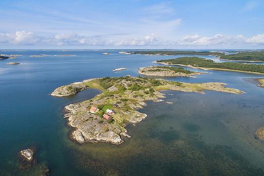 24 Milyon kronluk ada evi  Bohuslän bir ada, rüyalarınız buradan yükselebilir. Batıda Koster Fiyordu ile karşısında Rossöhamn açıkça görülmektedir.   1600 yıllarından beri aynı ailenin içinde yaşadığı evin birçok yönüyle özel anlamları bulunmaktadır.