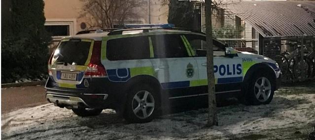 Västerås kentinde Pazar günü bir kişi polisi arayarak arkadaşını ölü bulduğunu bildirdi.  Gelen ihbar üzerine harekete geçen polis, olayla ilgili cinayetten soruşturma başlattı.  Ölü bulunan kişinin 50 yaşlarında bir erkek olduğu belirtilirken, şahsın bulunduğu olay yeri polis tarafından kordon altına alındı.