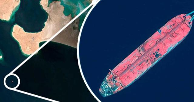 """Paslanan hayalet gemiden sızan petrol nedeniyle olası bir patlama durumunda dünyanın en büyük felaketini yaşatabilir.  Her an patlayabilir, zaten kanlı olan iç savaşı daha da şiddetlendirebilir.  Daha önce gemide çalışmış olan aktivist Abdulwahed el-Obaly, """"Bütün bir şehir rehin tutuluyor"""" dedi.  Yemen'deki liman kenti Hodeidah'ın birkaç mil kuzeyinde ki Kızıldeniz'in yedi kilometre dışında yıllardır bekleyen hayalet gemi her an patlayabilir.  İşte 363 metre uzunluğundaki FSO Safer petrol tankeri.  Altı yıl öncesine kadar gemi, ülkeden ihraç edilecek petrolü depolamak için kullanıldı. Bölge daha sonra isyancılar tarafından işgal edildi ve FSO Safer kaderine bırakıldı.  Kırk yaşındaki geminin boruları ve telleri kısa sürede pas tutmaya başladı.  Gemide 1,1 milyon varil ham petrol var. Bu, tarihin en kötü çevre felaketlerinden biri olarak kabul edilen Alaska'daki Exxon Valdez'in 1989'da döktüğü petrolün dört katı daha fazla.  Büyük bir petrol sızıntısı, iki milyon çocuğun yetersiz beslendiği ve nüfusun büyük çoğunluğunun acil yardıma bağımlı olduğu bir ülkenin yaşam hattını oluşturan limanı kapatacaktır. Aynı zamanda önemli ticaret yollarını yok eder ve tüm bir ekosistemi yok alt üst eder.  Yine de daha da kötü bir senaryo var: tüm geminin patlaması."""