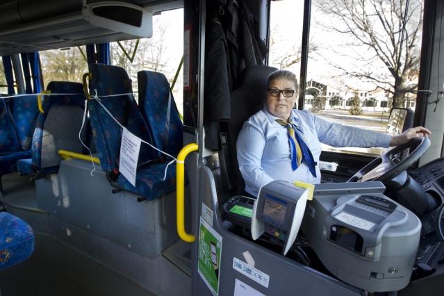 İsveç Çalışma Ortamı Otoritesi, ülkenin otobüs şoförleri hala enfeksiyon riskine maruz kalıyor diyerek, ön kapıların 2021 sonbaharına kadar kapalı kalma kararı aldı.  İsveç İş Ortamı Kurumu, ülkenin otobüs sürücüleri için enfeksiyon riskini azaltmak amacıyla, yılın ilk baharında yaklaşık 40 sürücünün virüse yakalanmasından sonra otobüslerin ön kapılarının kapatılmasına karar verdi. Kommunalarbetaren, 31 Ekim'e kadar geçerli olan kararın 2 Kasım 2021'e kadar uzatıldığını bildirdi.