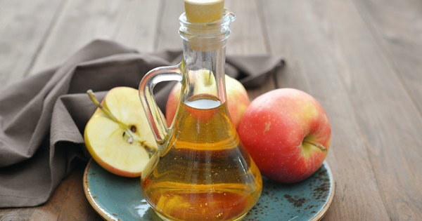 3- Boğaz ağrısı için elma sirkesi  Boğazınız ağrıdığında hala pahalı ilaçlar mı alıyorsunuz? Artık onlara gerek yok. Çözümü gayet basit. Yarım su bardağı su ile elma sirkesini karıştırın. Bir saat içinde birkaç kez gargara yapın. Boğazınızdaki bakteriler yok olacaktır. İşte bu kadar basit!