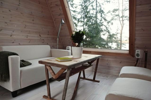 Finlandiya'daki küçük ev  Bu denli küçük bir alana bir evde bulunması gereken tüm özellikleri sığdırmak oldukça zor olsa da Falck bunu başarıyor. 2009 yılının kış aylarını evin tasarımı üzerinde çalışarak geçirdikten sonra 2010 yılının haziran ayında harekete geçiyor. Yapıyı yerel ve geri dönüştürülmüş malzemeler kullanarak inşa eden tasarımcı Robin Falck'ın bu küçük ama işlevsel binayı tamamlaması yalnızca iki hafta sürüyor. Asıl dikkat çekici olan nokta ise tüm yapı malzemelerini kendi imkânları ile taşıyan Falck'ın bu evi 10.500 dolar gibi uygun bir fiyata mal edebilmiş olması.