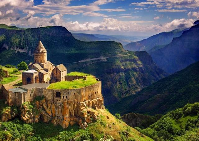 Ermenistan  Kapıda vize ve Online vize uygulamaları var.  Sınırda 10 ABD Doları karşılığında 21 günlük vize alınabiliyor.   Ermenistan E-vize sitesi üzerinden online vize başvurusu 10 ABD Doları karşılığında yapılabiliyor. Mail ile gönderilen vize kağıdına girişte kaşe basılıyor.  Pasaportunuzda Ermenistan'a giriş-çıkış damgası varsa Azerbeycan'a gidemiyorsunuz.