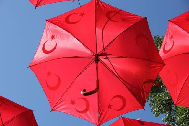 Dünya'nın en güzel şemsiye sokağı