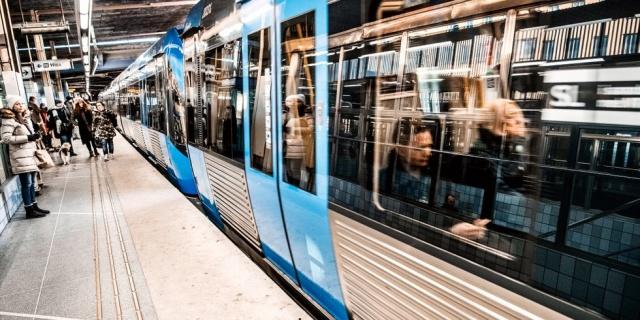 Başkent Stockholm metrosunda şaşkınlık veren bir hırsızlık olayı yaşandı.  Edinilen bilgilere göre, sabah metronun kırmızı hattı her iki yönde de Zinkensdamm ile Östermalmstorg arasında durduruldu.  Yine Medborgarplatsen ile Hötorget arasında metronun her iki yöndeki 17, 18 ve 19 numaralı yeşil hatlarının da durduğu bir durak vardı.