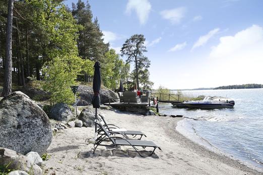 Bu evin fiyatı 18 milyon 750 bin kron  Stockholm'ün orta takımadalarında bulunan bu harika evde satılıklar listesinde. Fåglarö satılık olan ev küçük bir cennet olarak adlandırılıyor.