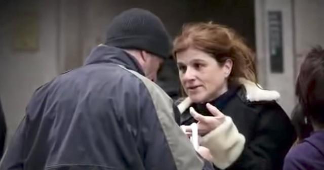 """Karine Gombeau isimli Fransız kadın tatil yapmak için New York'a gitti. Yolda yürürken çöpleri karıştıran bir adam gördü ve evsiz olduğunu düşündüğü bu adamın yanına giderek elindeki pizzayı bu adama uzattı. Aslında bu adam evsiz değildi. Fransız kadın gerçeği birkaç gün sonra haberlerde öğrendi. Evsiz olduğunu düşündüğü ve pizzasını paylaştığı adam ünlü aktör Richard Gere'in ta kendisiydi.  Today gazetesinde yazılanlara göre eşi ve çocuğuyla New York'u ziyarete gelen Karine elindeki pizzayı çöpü karıştıran ünlü aktöre uzatırken """"Kusura bakmayın. Pizza biraz soğuk ama umarım kabul edersiniz"""" demiş. Tabii bunu söylerken karşısındakinin kim olduğundan haberi yoktu!"""