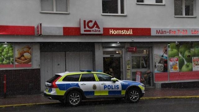 Başkent Stockholm'ün Södermalm semtindeki Hornstull'da bir ICA mağazasına baltalı giren bir kişi korku dolu anlar yaşattı.  Bir görgü tanığı, elindeki baltayla yazarkasanın oraya gelerek tehditler savuran saldırganla dört kişi boğuştuk dedi.