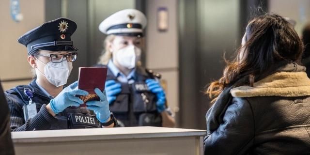 Avrupa polis teşkilatı Europol, sahte covid-19 testleri satan dolandırıcılara karşı uyardı.  İngiltere ve Fransa'daki dolandırıcılar, havalimanlarında sahte test sonuçları sattı ve sosyal medya aracılığıyla yapılan satış raporların Hollanda'dan gelen kişilerde tespit edildi.