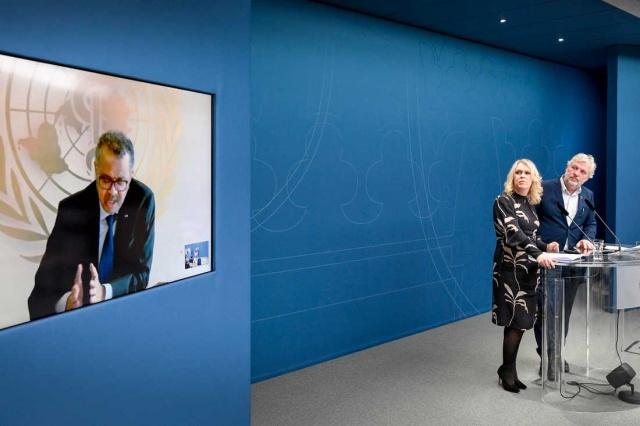 İsveç Hükümeti bugün korona virüsü nedeniyle bir basın toplantısı düzenledi. Toplantıya DSÖ Genel Müdürü Dr.Tedros Adhanom Ghebreyesus da video konferans aracılığıyla toplantıya katılım sağladı.  Çocuklar, Yaşlılar ve Cinsiyet Eşitliği Bakanı (Sosyal Bakan) Lena Hallengren (S) ve Uluslararası Kalkınma Bakanı Peter Eriksson (MP) korona virüsü nedeniyle basın toplantısına katıldılar. DSÖ Genel Müdürü Dr.Tedros Adhanom Ghebreyesus basın toplantısına video konferans yoluyla katıldı.