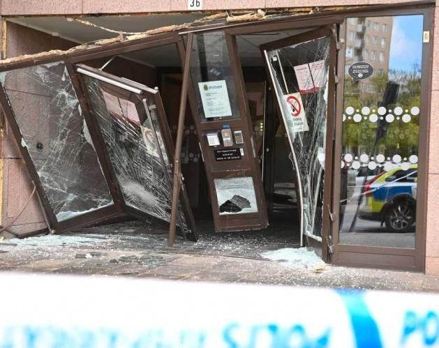 Başkent Stockholm'de 35'li yaşlarında olduğu bildirilen bir kişi kullandığı araçla mağazaları adeta dağıttı.  Gece sabaha karşı bir araçla dükkanların kapı ve camlarına aracı süren zanlı, polisin olaya müdahalesinde aracı polisin üzerine sürerek, polis memurlarını da ezmeye çalıştı.