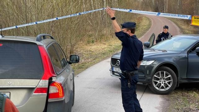 """Polis, Höör'de kaybolan 18 yaşındaki genç kızın öldürüldüğünden şüpheleniyor. Soruşturma kapsamında cinayet şüphesiyle bir genç tutuklandı.  Olay yeri polis sözcüsüne göre, ceset bulunamadı.  Polis sözcüsü Ewa-Gun Westford bir basın toplantısında """"Genç kızın hayatta olmadığından şüpheleniyoruz"""" dedi."""