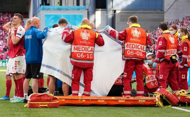 EURO 2020 B Grubu'nda oynan Danimarka Finlandiya maçında korkutan anlar... Danimarka'nın yıldız ismi Christian Eriksen bir anda yerde kalınca sağlık ekiplerı sahaya girdi. Kalbi durduğu gözlenen oyuncuya müdahale eden doktorlar Eriksen'e kalp masajı yaptı, UEFA kısa süre sonra maçın ertelendiğini duyurdu. İşte stattaki ve ekran başındaki futbolseverlerin tek yürek olup dua ettikleri o anlar...