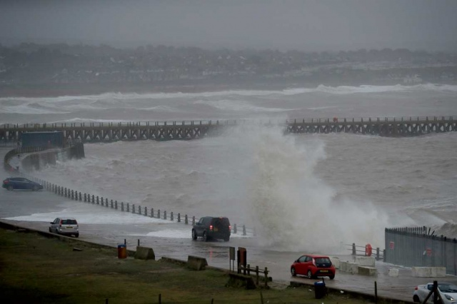 İsveç'te pazar günü itibarıyla etkili olmaya başlayan Ciara fırtınası hayatı olumsuz etkiledi.