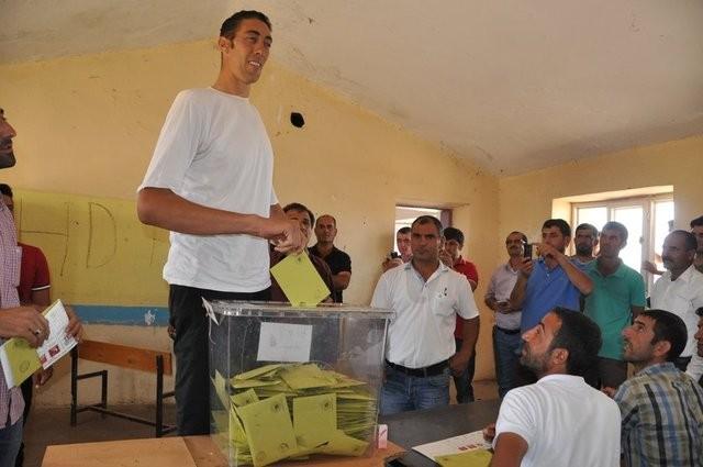 2015 Genel Seçiminde saatlerin 08.00'i göstermesiyle birlikle oy verme işlemi başladı