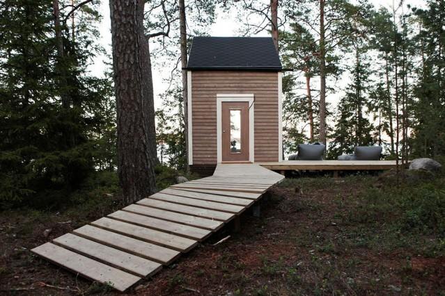 """Geceleri yıldızları ve gölü izlemenin keyfi  Ufak kulübenin ilk katı mini bir mutfak ile salondan meydana geliyor. Kulübenin üst katında ise depolama ve uyku alanları yer alıyor. Göl kenarında yer alan Finlandiya'daki küçük ev tek bir pencereye sahip bulunuyor. Bu tek pencerenin boyutu ve açısı ise gün ışığının evin içine doğal bir şekilde dolmasını sağlıyor. Ayrıca bu özellik sayesinde akşamları yattığı yerden yıldızları izleme şansına da sahip olduğunu dile getiren Robin Falck, bu ufak ama huzur dolu yuvası için İtalyanca """"kuş yuvası"""" anlamına gelen ve oldukça mütevazı bir isim olan Nido'yu uygun gördüğünü söylüyor  Kaynak: Milliyet"""