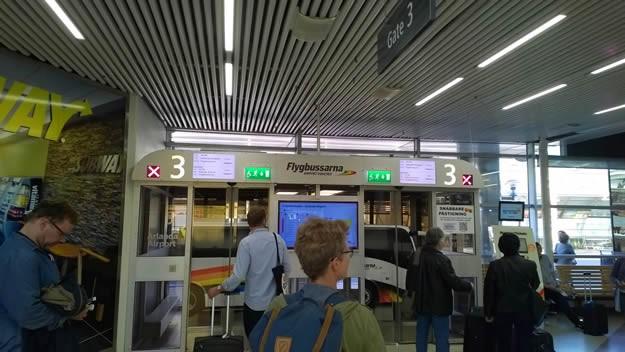 """Flygbussarna otobüslerinin son durağı ve Stockholm şehir merkezi """"Cityterminalen"""", yani tren istasyonu ve çevresidir. Buradan büyük ihtimalle konaklayacağınız yere yürüyerek ulaşacaksınız ancak öncesinde havalimanında yer alan tourist informationa konaklayacağınız otelin adını söylerseniz size ineceğiniz durağı söyleyecektir.  Küçük bir not: Eğer şehir merkezinden havalimanına gidecekseniz uçağınızın kalkacağı terminali öğrenmenizde yarar var. Çünkü havalimanında toplam 5 terminal bulunuyor ve birincide iner ve uçağınız benimki gibi 5.den kalkarsa 20 dakika yürümek zorunda kalırsınız."""