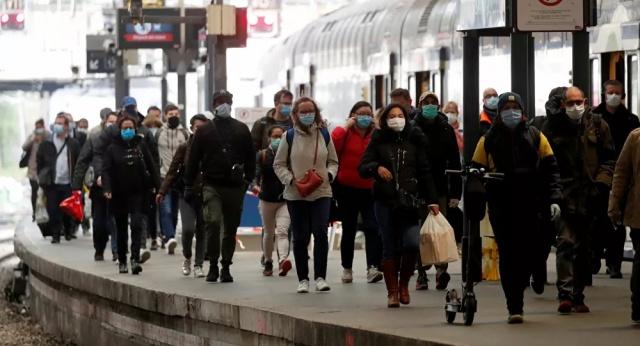 Fransa'da koronavirüs salgını nedeniyle alınan tedbirler kademeli olarak gevşetilmeye başlandı. İnsanlar spor veya yürüyüş yapmak için dışarı çıkarken, mağazalarda ve kuaförlerde yoğunluk görüldü.  Avrupa'da salgından en çok etkilenen ülkelerden biri olan Fransa'da bugün koronavirüsle mücadelede yeni aşamaya geçildi.