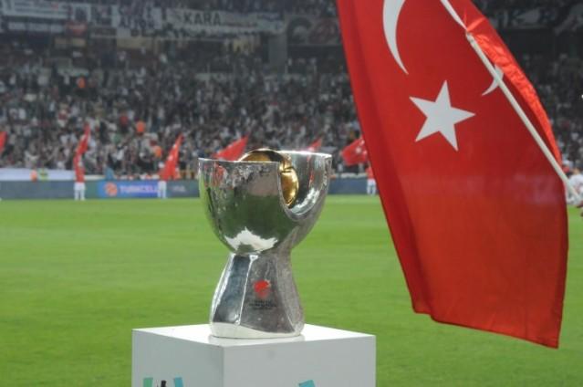 Galatasaray'da Hakan Balta ikinci penaltıyı gole çevirirken, Beşiktaş'ta Cenk Tosun topu üstten dışarı attı.