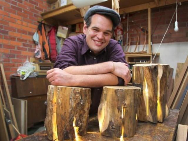 Duncan Meerding gözleri görmeyen (çevresini çok az seçebiliyor) kütüklerdeki çatlakları insanın içini ısıtan ışık patlamalarına dönüştüren bir mobilya tasarımcısı.