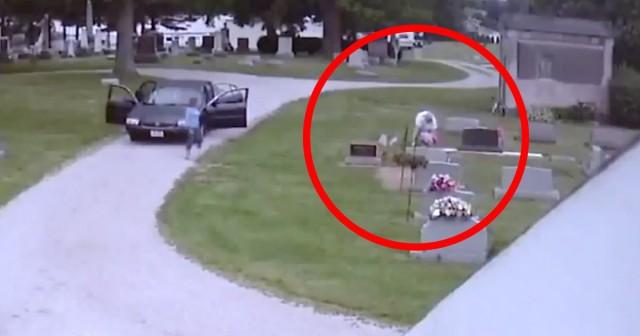 Mezarlıkların önemini herkes bilir. Orada yapılması ve yapılmaması gereken şeyler vardır. Ohio'daki bir mezarlıkta uzun süredir gerçekleşenler insanları hayal kırıklığına uğrattı.  Haftalar boyunca iki kadın mezarların üstünden çiçekleri çaldılar. Neyse ki güvenlik kamerasına yakalandılar.