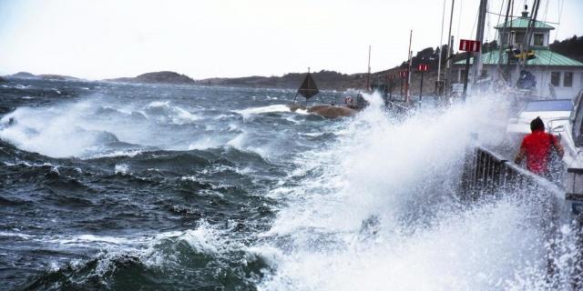 SMHI'nin birinci sınıf uyarı verdiği bazı bölgeler için tren seferleri iptal edildi.  ABD'de can kayıpları ve yüz binlerce hanenin elektriksiz kalmasına neden olan Zeta kasırgası İsveç'i etkisi altına almaya başlamadan önemli uyarılar yapıldı.