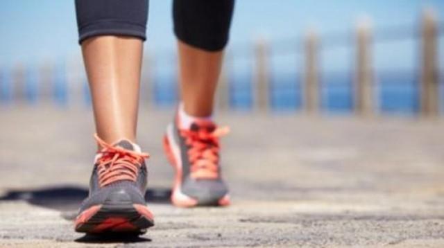 Günde 8 saatten fazla oturmanın zararlarıyla mücadele edilmesi için en az bir saat tempolu yürüyüş yapılması gerektiği söylendi.