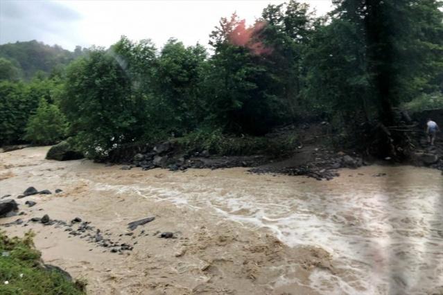 BETON KÖPRÜ ÇÖKTÜ  Ayrıca Cevizdere üzerinde bulunan beton bir köprü de sel suları nedeniyle çöktü. Cevizdere mevkiinde sel suları nedeniyle yıkılan köprüye yaklaşık 100 metre uzaklıkta işyerlerinde bazı vatandaşların mahsur kaldıkları belirtildi. İşlerlerinin çatılarına çıkıp yardım isteyen vatandaşlar için AFAD ve jandama ekipleri kurtarma çalışması başlattı.