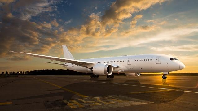 Hava yolu şirketleri, corona virüsü salgınına bağlı olarak yolcu sayılarında yaşanan dramatik düşüş nedeniyle çareyi kargo taşımacılığına yönelmekte buldu.  Hava yolu şirketleri, corona virüsü salgınına bağlı olarak yolcu sayılarında yaşanan dramatik düşüş nedeniyle çareyi kargo taşımacılığına yönelmekte buldu. Birçok şirket, uçaklarındaki yolcu koltuklarını söktü. Eskiden yolcuların bulunduğu yerlerde artık maskeler, solunum cihazları, cep telefonları, gıda ürünleri yer alıyor. American Airlines tam 35 yıl aradan sonra yalnızca kargo taşımaya yeniden başladı.  Corona virüsü salgınının en çok etkilediği sektörlerin başında hava yolu taşımacılığı geliyor. Şirketler bu zor dönemde hayatta kalabilmek adına çeşitli önlemler aldı.