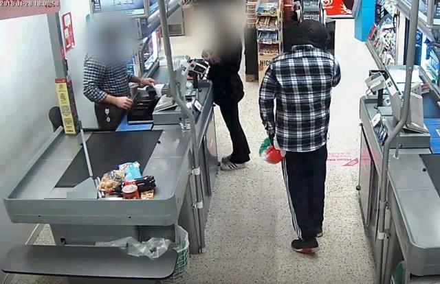 Parayı alan silahlı soyguncu diğer arkadaşının gelmesini bekliyor.
