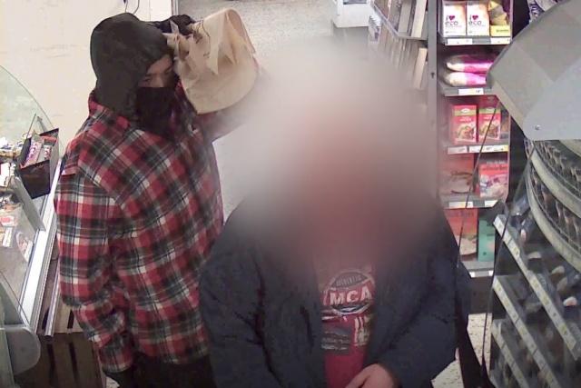 Elinde Pala diye tabir edilen döner bıçağıyla müşteriyi korkutan kişi de mağazadan bir şeyler alıyor.