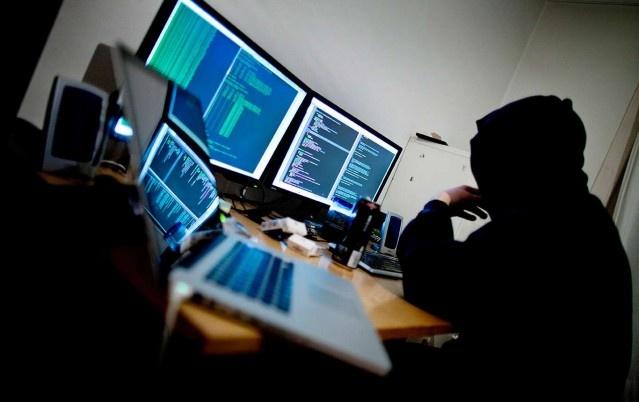 Gittikçe daha fazla sayıda İsveçli e-ticaret yaptığı İnternet ortamına kimlik hırsızlığından mağdur duruma düşüyor ve her yıl bu durum daha da kötüye gidiyor.  Her gün yüzlerce İsveçli İnternet korsanlarından olumsuz etkileniyor.