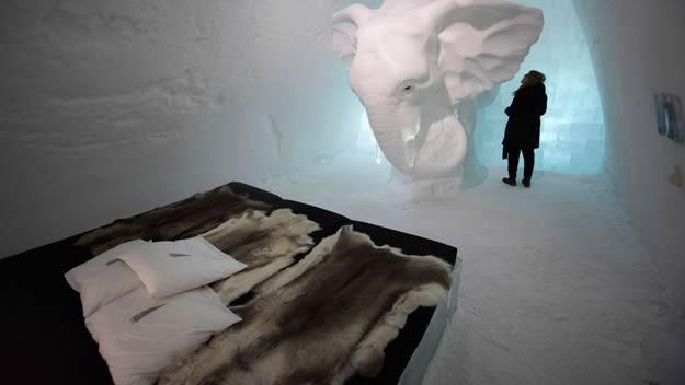 Bonus: IceHotel   Son olarak 5 görülmesi gereken yere ekleme yapmak zorunda kaldık çünkü Ice Hotel ayrı bir paragrafı hak ediyor. İsveç/lapland'in eski köylerinden biri olan jukkasjärvi'de, torne nehri'nin kıyısında, arctic dairesinin 200km kuzeyinde bulunmaktadır. Adından anlaşılacağı üzere buzdan bir otel. Otelin ana maddesi su ve otel her yıl buzlardan yeniden inşa ediliyor. National Geographic belgesellerine konu olan yapı evlilik teklifiniz için dünyanın en ilginç noktalarından biri olabilir. Size konaklamak için biraz korkutucu ve soğuk gelebilir ama size tavsiyemiz otelde 1 gece geçirmeniz!