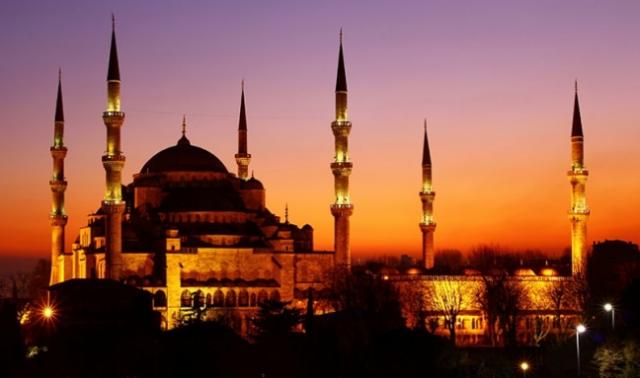 """Altı Minareli Mabed Sultan Ahmet Camii  Türkiye'nin ilk altı minareli Camii olan Sultan 1.Ahmet'in yaptırdığı Sultan Ahmet Camii Türkiye'nin ve İstanbul'un en önemli ve görkemli yapılarından biridir.  1616 yılında yapımı tamamlanan camiyi Sultan 1.Ahmet """"altın"""" minareli yaptırmak istemiştir ancak, caminin mimarı Sedefkar Mehmet Ağa, """"altın"""" minarelerin bütçeyi oldukça aşacağını öngörerek yanlışlıkla """"altın minare"""" değil de """"altı"""" minareli cami olarak duyduğunu bahane ederek camiyi altı minareli olarak inşa etmiştir.  Cami iç dekorasyonunda  kullanılan beyaz, mavi ve yeşil renkli iznik çinilerinin mavi ağırlıklı görünümü sayesinde Sultan Ahmet Camii turistler tarafından """"Blue Mosque"""" olarak adlandırılmıştır. Sultan Ahmet Camii Bizans'ın ve İstanbul'un görkemli yapılarından Ayasofya ile karşılıklı olarak konumlandırılmıştır.  Yıl içerisinde özellikle ramazan ayında milyonlarca ziyaretçi akınına uğrayan Sultan Ahmet Cami, tarihi yarımadanın simgelerinden olmuştur.  İstanbul'u Anadolu yakasından özellikle Kadıköy, Üsküdar tarafından izlerseniz görkemli yapısı ve ihtişamı ile Sultan Ahmet Camii sizleri tarihten günümüze anıları ile selamlayacaktır"""