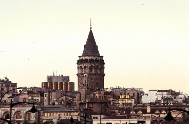 Galata Kulesi  İstanbul'un simgelerinden olan Galata Kulesi, günümüzde özel bir şirket tarafından sadece turistik amaçlı işletilmektedir. 7 katı asansörle, 2 katı da yürüyerek çıkıp, Galata Kulesi'nin en üst katındaki restoranın içinden geçtikten sonra, Galata Kulesi'ni İstanbul'a açan balkona ulaşılır.  Balkondan İstanbul'u izlemenin keyfi harikadır. Dilerseniz Tarihi Galata Kulesi'nin üstünde bulunana restorantta lezzetli yemeklerin tadına bakarken, eşsiz manzaranın de keyfini çıkartabilirsiniz.  Galata Kulesi'nde ki restorant özellikle ramazan ayı içerisinde yaptığı organizasyonlarla ziyaretçilerine tekrarı zor bir gece yaşatıyor.  Günümüzde Galata Kulesi'nin yüksekliği 66,90 Metre, Dış çapı 16.45 Metre, İç çapı ise 8.95 Metredir. Duvar kalınlığı da 3.75 Metre civarındadır.  İstanbul'un simgeleşen tarihi yapılarından Galata Kulesi'nin ne zaman yapıldığı kesin olarak bilinmemekle birlikte, Galata Kulesi'nin M.S. sonra 507 yılında imparator Iustinianos zamanında yapıldığı aynı zamanda Cenevizliler tarafından İsa Kulesi, Bizanslılar tarafından Büyük Kule olarak anılan kuleye günümüzdekine yakın şeklini, 1348 yılında Cenevizliler vermiştir.  1509 depreminde büyük zarar gören Galata Kulesi, devrin ünlü Osmanlı mimarı Hayrettin tarafından onarılmıştır. Ayrıca; Galata Kulesi, Kanuni Dönemi'nde Kasımpaşa tersanesi'nde çalıştırılan mahkum işçiler için hapishane olarak da kullanılmıştır.  16 yy.ın sonlarında ise; müneccimbaşısı Takıyeddin Efendi, Galata Kulesi'nin tepesine bir rasathane kurmuştur. Bir dönem bu şekilde kullanılan Galata Kulesi, 3. Murat tarafından kapatılır ve Galata Kulesi tekrardan hapishaneye dönüştürülür.  1638 yılında; Hezarfen Ahmet Çelebi, kollarına kanat takarak, Galata Kulesi'nden Üsküdar'a o meşhur uçuşunu gerçekleştirirken Osmalı tahtında 4. Murat oturuyordu.  17 yy.a doğru mehterhane takımına ev sahipliği de yapan Galata Kulesi; 1717den sonra artan İstanbul yangınlarıyla baş edebilmek için yangın gözetleme kulesi olarak kullanılmıştır.  3. Selim