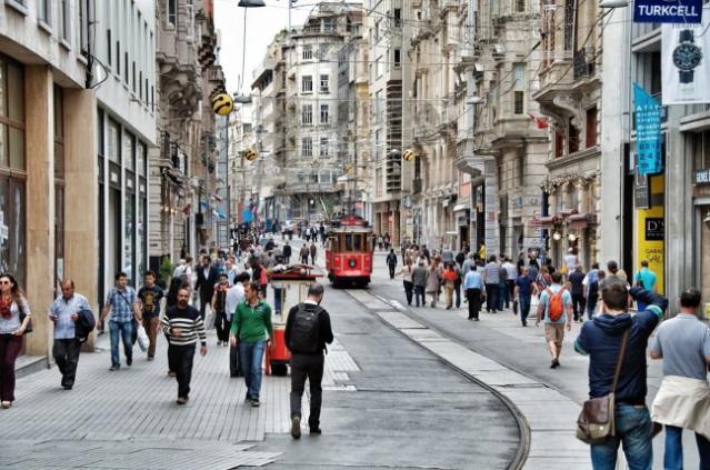 İstiklal Caddesi  Taksim'in Beyoğlu'nun simgesi İstiklal caddesi. İstiklâl Caddesi, (Osmanlıca: (1927'den önce) Cadde-i Kebir, Büyük Cadde, Fransızca: Grande Rue de Péra), İstanbul'un en eski semtlerinden biri olan Beyoğlu'nda Tünel ile Taksim Meydanı arasında uzanan ve 19. yüzyılın sonlarından beri Türkiye'nin en ünlü caddelerinden biri olma vasfını koruyan cadde. 1.400 metre uzunluğundaki caddenin orta noktası Galatasaray Lisesi'nin yanından geçen Yeniçarşı Caddesi'nin caddeyi kestiği ve 50. Yıl Anıtı'nın bulunduğu yer kabul edilir. Paralelinde uzanan Tarlabaşı Bulvarıyla beraber Beyoğlu ilçesinin ana eksenini oluşturur. Ortalama olarak 74 metre yükseklikte yer alan İstiklal Caddesi idari olarak 9 ayrı mahalleyi kapsar.