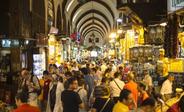 Mısır Çarşısı  Mısır Çarşısı, genel olarak şifalı bitki satan aktarları, baharatçıları, kurutulmuş bitkileri, organik besinleri, kuruyemişçileri yanı sıra çeşitli gıda maddeleri ve şarküterileri bulabileceğiniz sağlıklı bir pazar olarak geçmişten günümüze gelmiştir.     Bugün de yerli yabancı binlerce turiste ev sahipliği yapan Mısır Çarşısında daha içeri girdiğinizde baharatların ve şifalı bitkilerin kokusu ile sizi bir başka diyara ve sağlıklı bir dünyaya götürecek. İçerideki kokuların bile verdiği güveni hissedebilmek mümkün.  Kapalı Çarşıya benzeyen ancak daha küçük olan Mısır Çarşısı, Osmanlı Devletinde 34 yıl Valide Sultanlık yapan, Kösem Sultan'ın gelini, 4 yaşında Osmanlı Padişahı olan 4. Mehmed'in validesi Turhan Sultan tarafından 1664 yılında yaptırılan Mısır Çarşısı, Eminönü Yeni ile Çiçek Pazarı arasında yer almaktadır.  İki ana giriş kapısı Eminönü ve Sultanhamam yanı sıra Tahtakale, Mercan, Süpürgeciler gibi yan kapıları ile hayata bağlanmaktadır.  Geçmişteki insanlar için normal sayılabilecek doğal ürünleri bugün Mısır Çarşısı gibi ender bulunan Organik Pazarlarda bulup, sağlıklı beslenmeye ve mevcut hastalıklarımızı şifalı bitkiler yardımı ile vücutlarımıza kimyasal zehirleri almadan atmaya çalışıyoruz.