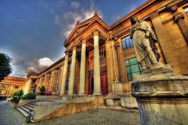 İstanbul Arkeoloji Müzesi  Türkiye'nin ve İstanbul'un en eski müzesi olma unvanını taşıyan İstanbul Arkeoloji Müzeleri Osmanlı Devleti tarafından Türkiye Cumhuriyetine miras kalan, dünyaca ünlü çok önemli bir kurum olan Müze-i Hümayun'un günümüzdeki devamıdır.  Bir milyondan fazla Eski eserlerin ve kalıntıların sergilendiği müze eskilerin aksine önemli bir şekilde çok modern bir düşünce ile Dünya'da Müze olarak inşa edilen ender yapılardandır.  İstanbul Arkeoloji Müzeleri olarak çoğul bir isimle anılma sebebi ise bir arada bulunan Çinili Köşk, Arkeoloji Müzesi, Eski Şark (Doğu ) Eserleri olmak üzere 3 ayrı köşkteki müzeleri aynı çatı altında toplamasından kaynaklanır.  1869 yılında kurulan Müze-i Hümayun, 13 Haziran 1891 yılında İstanbul Arkeoloji Müzeleri olarak resmen açılmıştır. Osmanlı döneminde Galatasaray Lisesi (Mektep-i Sultaniye) öğretmenlerinden Edward Goold ilk müze müdürü olarak kayıtlara geçtiyse de İstanbul Arkeoloji Müzeleri, Sadrazam Edhem Paşa'nın oğlu Osman Hamdi Bey'in müze müdürü oluşuyla Dünya sahnesinde ve Türk müzeciliğinde önemli işler yaparak derin izler bırakmıştır.  Nemrud Dağı, Myrina, Kyme ve diğer Aiolia Nekropolleri'nde ve Lagina Hekate Tapınağı'nda kazılar yapmış ve burada elde edilen eserlerin müzede toplanmasını sağlamıştır.  1887-1888 yıllarında günümüzdeki Lübnan'da bulunan Sayda'da yaptığı kazılar sonucunda Krallar Nekropolü'ne ulaşmış ve dünyaca ünlü İskender Lahdi başta olmak üzere pek çok lahit'i Türk Müzeciliğine kazandırmıştır.  İstanbul Arkeoloji Müzeleri kompleksinde; Hammurabi Kanunları, tarihteki ilk Aşk Şiiri, tarihteki ilk barış antlaşma Kadeş Antlaşması, Mısır'daki mezar buluntuları ve İskender Başı Heykeli gibi dünyaca ünlü eserler sergilenmektedir.  İstanbul'daki Neo-Klasik mimarinin en güzel ve görkemli örneklerinden olan Arkeoloji Müzesi, ihtişamı ile son derece dikkat çekici bir mimariye sahiptir. Uzun cephede geniş merdivenlerle ulaşılan iki girişi, dörder sütun ve alınlıklarla bir tapınak görünümündedir.  Alınl