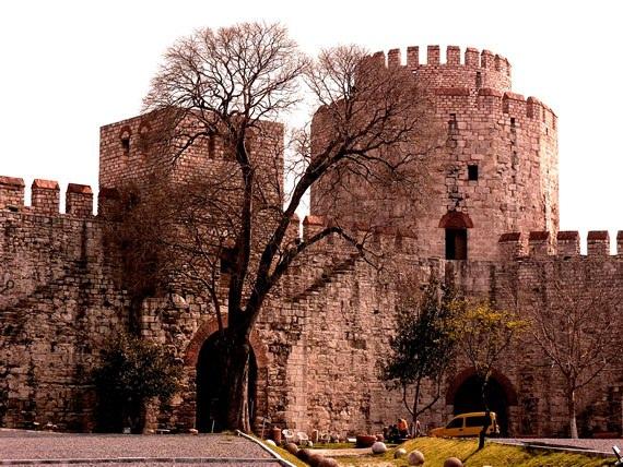 Yedikule Zindanları  2. Teodosios 413-439 yılları arasında bugünkü Yedi Kule Zindanlarını yaptırdığında ne 7 kulesi vardı ne de zindan olarak kullanılıyordu.  Bizans'a gelen önemli misafirlerin ihtişamlı bir şekilde karşılanması ve konuk edilmesi için yaptırılan Yedi Kule Zindanlarına ilk kuleler, 2. Teodosios'un oğlu tarafından dört kule, gözlem kulesi amacıyla yaptırılmıştır.  İstanbul'un fethinden sonra çağı değiştiren Fatih Sultan Mehmed, yedi kule zindanlarını da değiştirip 3 kule daha eklettiği ve kulelerini surlarla birleştirirken bugünkü adına sebep olan 7 kule tamamlanmış oldu. Bu kulelerin de isimleri vardı.  Yedi Kule Zindanları; Genç Osman, Cephanelik, 3.Ahmet, Hazine, Zindan, Top ve Bayrak kulesi olmak üzere adlandırılırken, bazı kaynaklarda Güney Pylon Kulesi, Kuzey Pylon Kulesi, Kitabeler Kulesi olarak üç farklı kule ismine de rastlanmaktadır.  Bu dönemlerde yedi kule zindanları devletin hazinesinin saklandığı yer olarak kullanılıyordu.  Daha sonraları hapishane olarak kullanılmaya başlanırken ünlü mahkumların hapishanesi olarak biliniyordu. En ünlü mahkumu ise genç yaşta tahta çıkan ve Yedi Kule Zindanlarında yeniçeriler tarafından hunharca öldürülen Genç Osman, namı diğer 2. Osmandır.  Yedi Kule Zindanlarında misafir edilen diğer ünlü mahkumlar ise; Trabzon Rum İmparatoru David Kommenos ve oğulları, son Abbasi Halifesi 4. Mütevekkil ve Kırım Hanı Mehmet Giray'dır.  Son yıllarda özel bir şirkete kiralanan Yedi Kule Zindanlarında bir dönem konserler ve etkinlikler de düzenlenmiş olup şu an Müze olarak ziyaret edilebilmektedir.